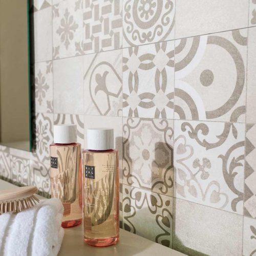 Satariano-Bathroom-Porcelanosa-Contemporary-mosiac-feature-wall