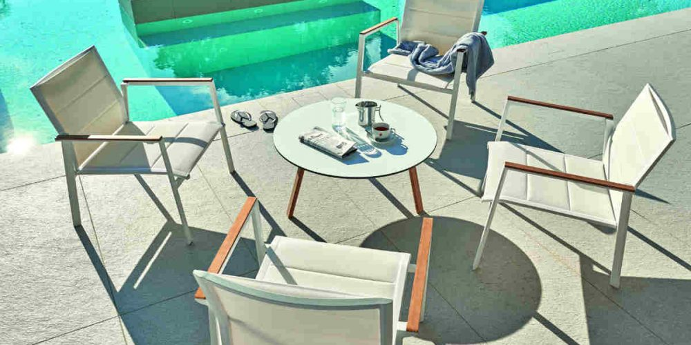 Satariano Outdoor and Spa Diphano round table and chairs